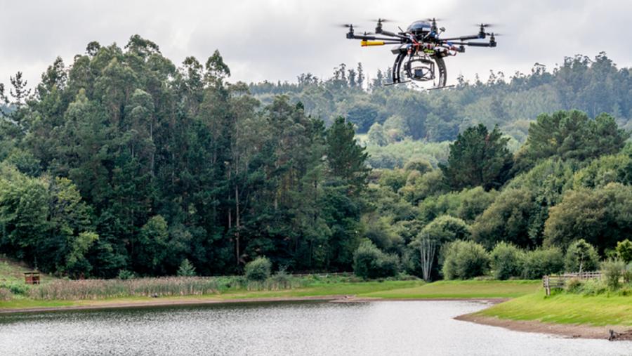 Un dron sobrevoa a auga dun encoro